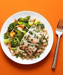 Adelgar comiendo proteínas de más